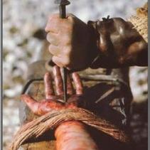 Cristo es clavado en la cruz